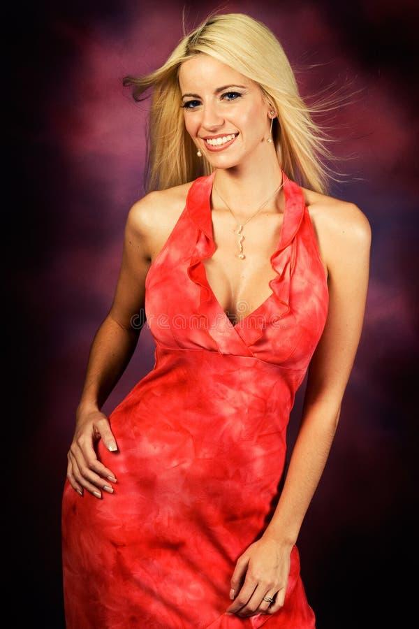 Modello di modo biondo sexy della donna in vestito rosso immagini stock libere da diritti