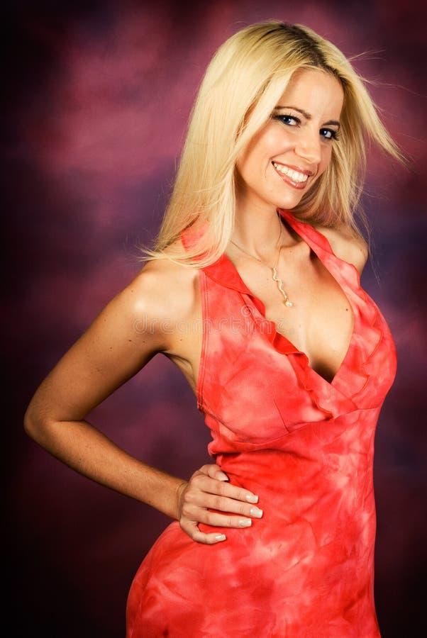 Modello di modo biondo sexy della donna in vestito rosso immagine stock libera da diritti