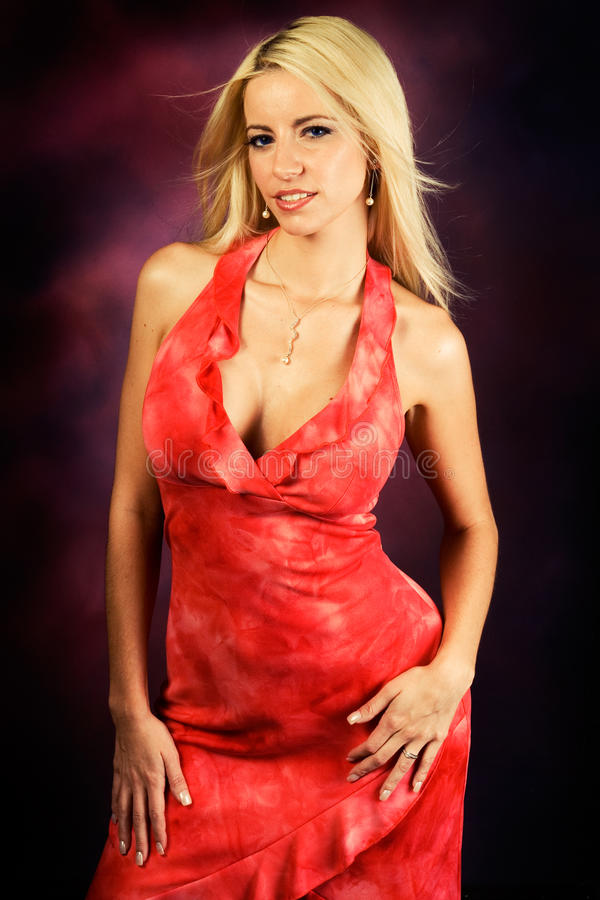 Modello di modo biondo sexy della donna in vestito rosso fotografia stock