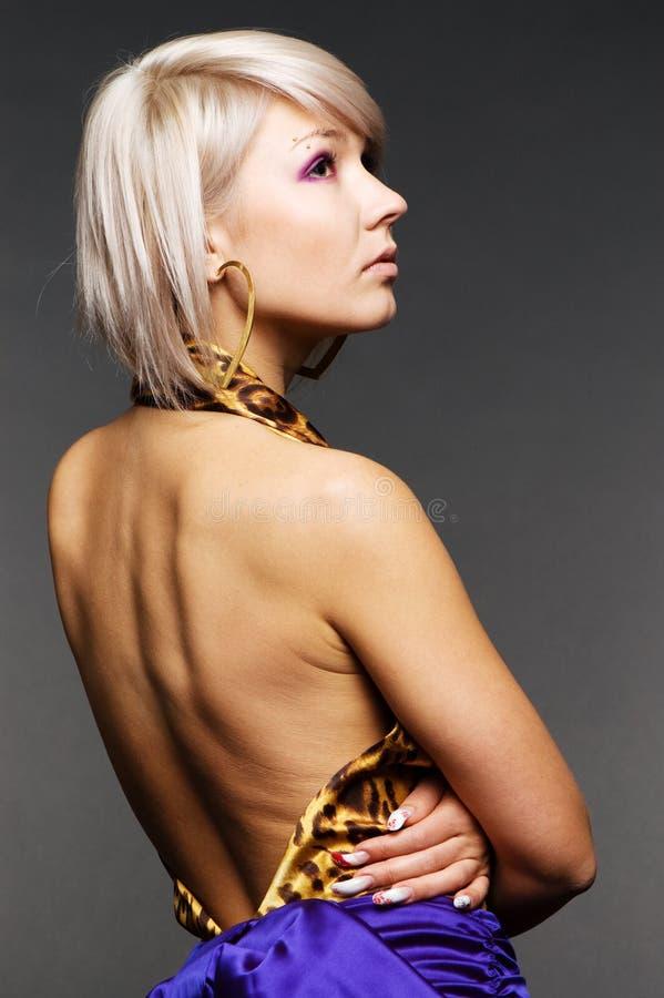 Modello di modo con la parte posteriore nuda immagine stock