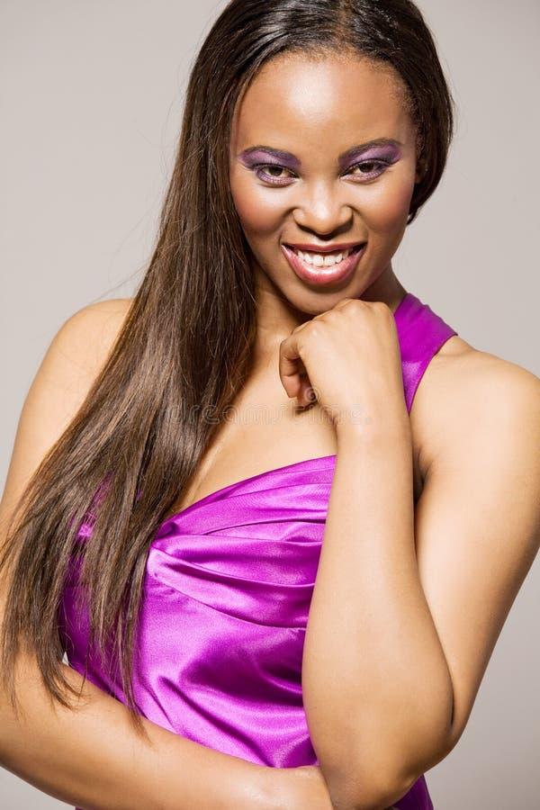 Modello di modo del African-american in vestito viola. fotografia stock