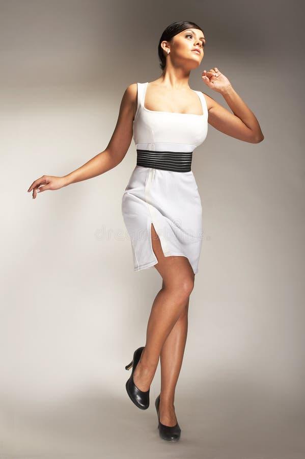 Modello di modo proposto in vestito bianco fotografia stock libera da diritti