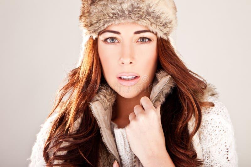 Modello di modo splendido di Redhead in pelliccia di inverno immagine stock