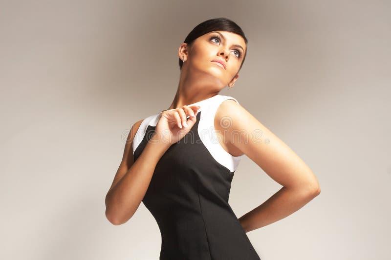 Modello di modo su priorità bassa chiara in vestito nero fotografie stock libere da diritti