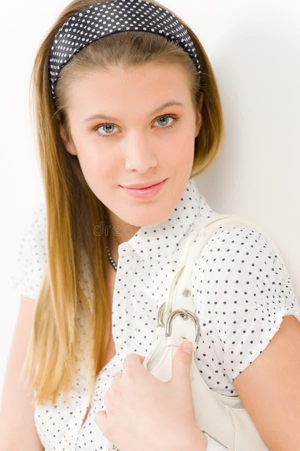 Modello di modo - vestiti di progettista di estate di usura di donna fotografie stock libere da diritti