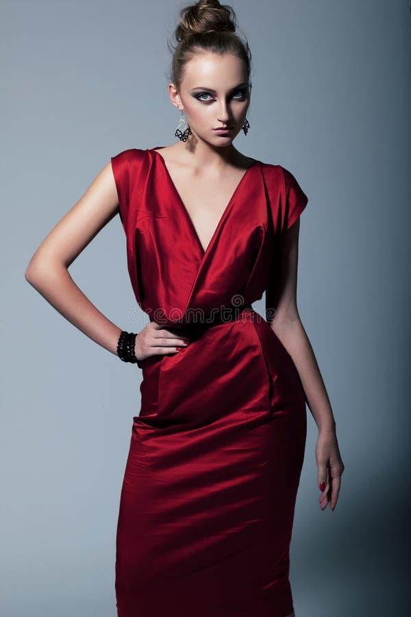 Modello di modo in vestito contemporaneo immagini stock libere da diritti