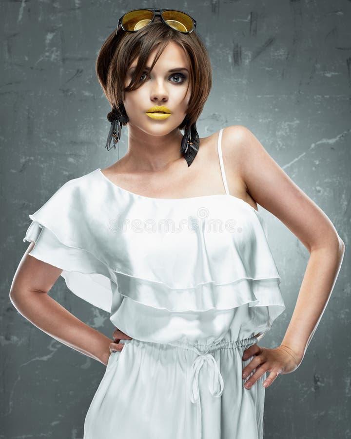 Modello di modo in vestito dorato Vestito bianco fotografia stock libera da diritti