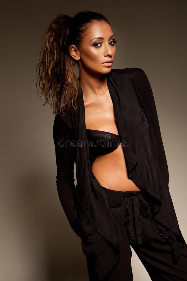 Modello di modo in vestito lento con la parte superiore unbutttoned fotografia stock