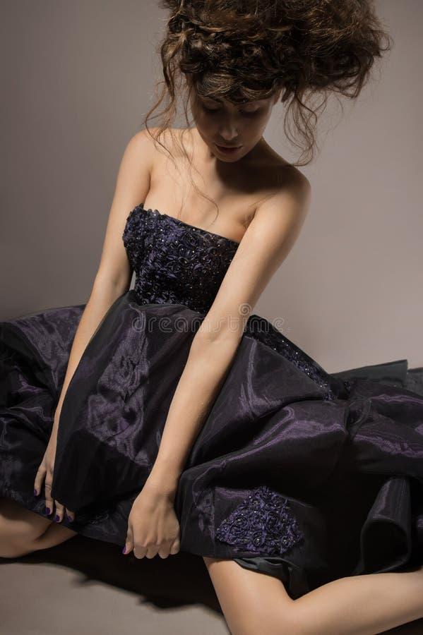 Modello di modo in vestito viola fotografie stock