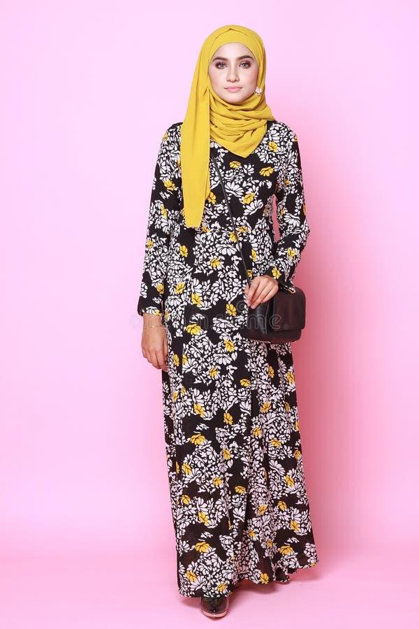 Modello di Muslimah in vestito alla moda fotografia stock
