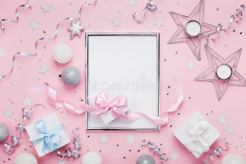 Modello di Natale con la struttura, le palle di festa, i contenitori di regalo e gli zecchini sulla vista rosa alla moda del pian fotografia stock libera da diritti