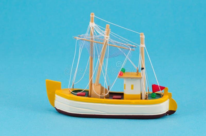 Modello di nave handmade di legno della barca su fondo blu fotografia stock