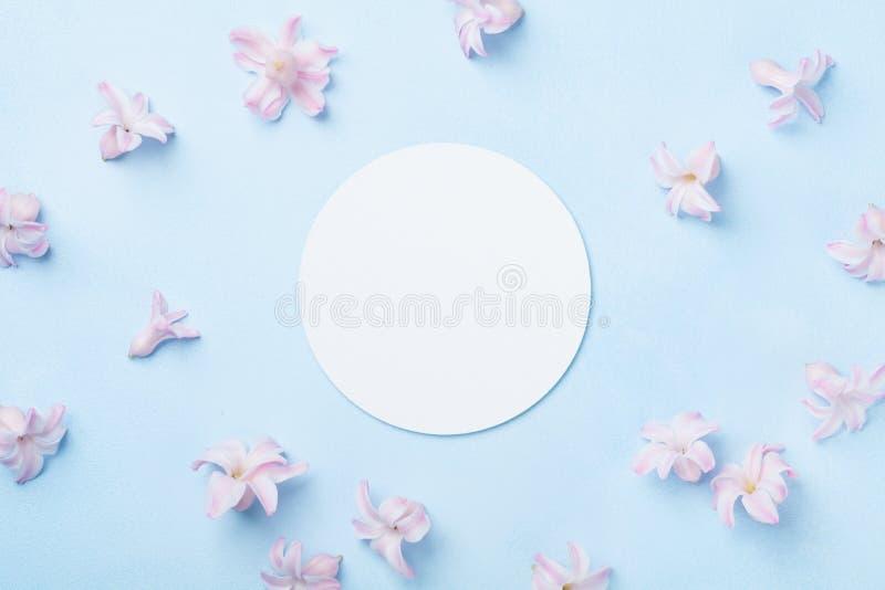 Modello di nozze con la lista del Libro Bianco e fiori rosa sulla tavola blu da sopra Bello reticolo floreale stile piano di disp fotografia stock