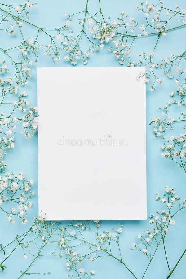 Modello di nozze con la lista del Libro Bianco e gypsophila dei fiori su fondo blu da sopra Bello reticolo floreale Disposizione  immagine stock libera da diritti