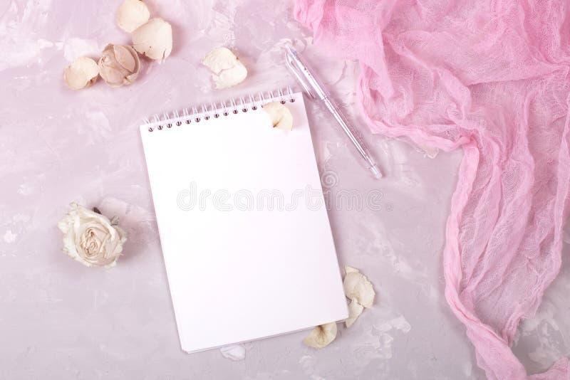 Modello di nozze con la lista ed i fiori del Libro Bianco immagini stock