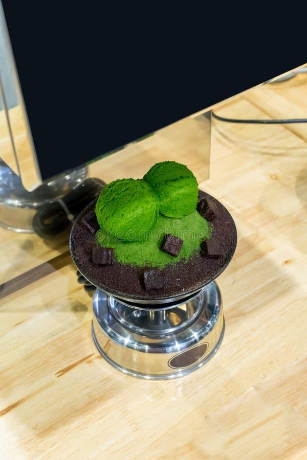 Modello di plastica del bingsu del tè verde in ciotola dell'acciaio inossidabile fotografie stock libere da diritti