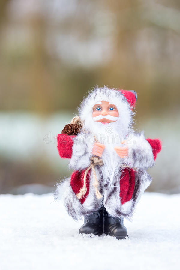 Modello di Santa Claus che sta nella neve bianca all'aperto fotografia stock libera da diritti