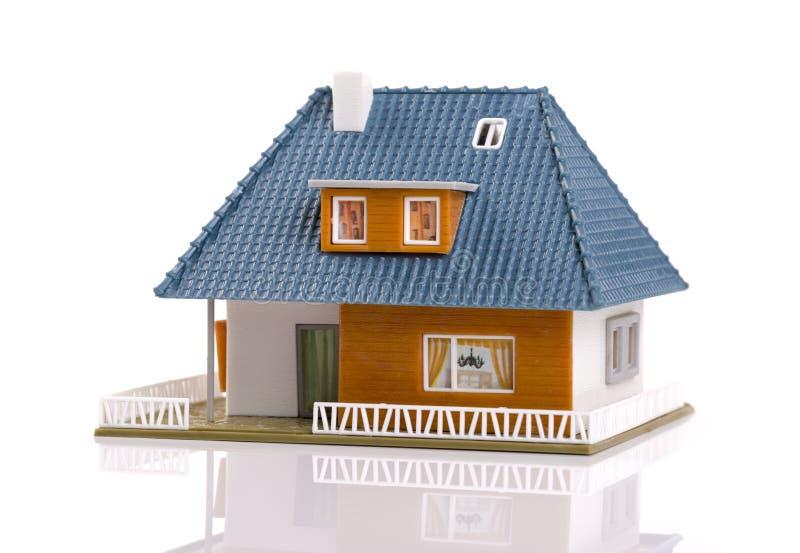 Modello di scala di plastica di casa della famiglia, isolato su bianco immagine stock libera da diritti