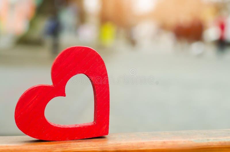 Modello di un cuore di legno rosso all'aperto concetto di amore, romance, fotografie stock libere da diritti