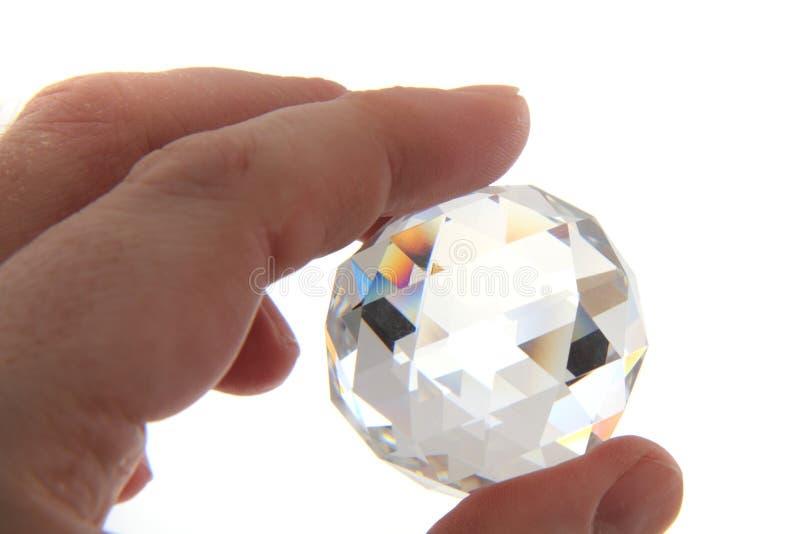 Modello di vetro del diamante in mano umana fotografia stock libera da diritti