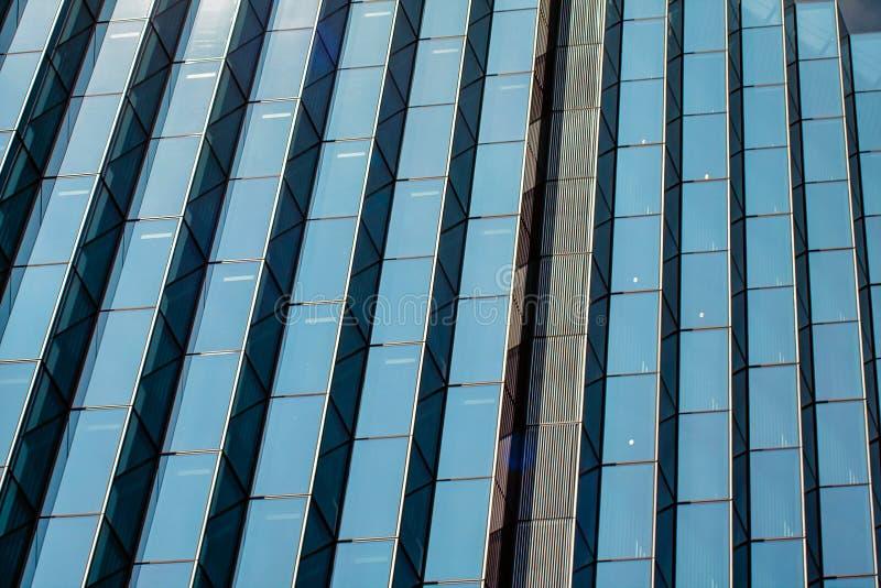 Modello di vetro geometrico simmetrico sul grattacielo immagini stock