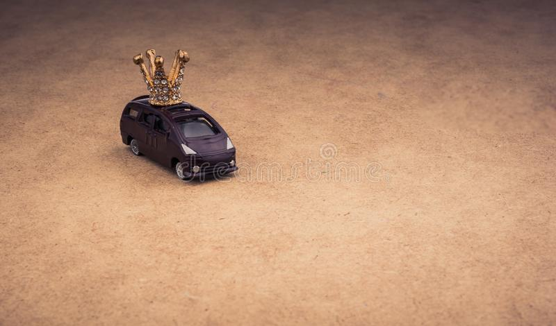 Modello dorato della corona di colore ed automobile di modello fotografie stock