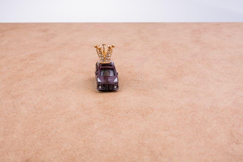 Modello dorato della corona di colore ed automobile di modello immagini stock libere da diritti