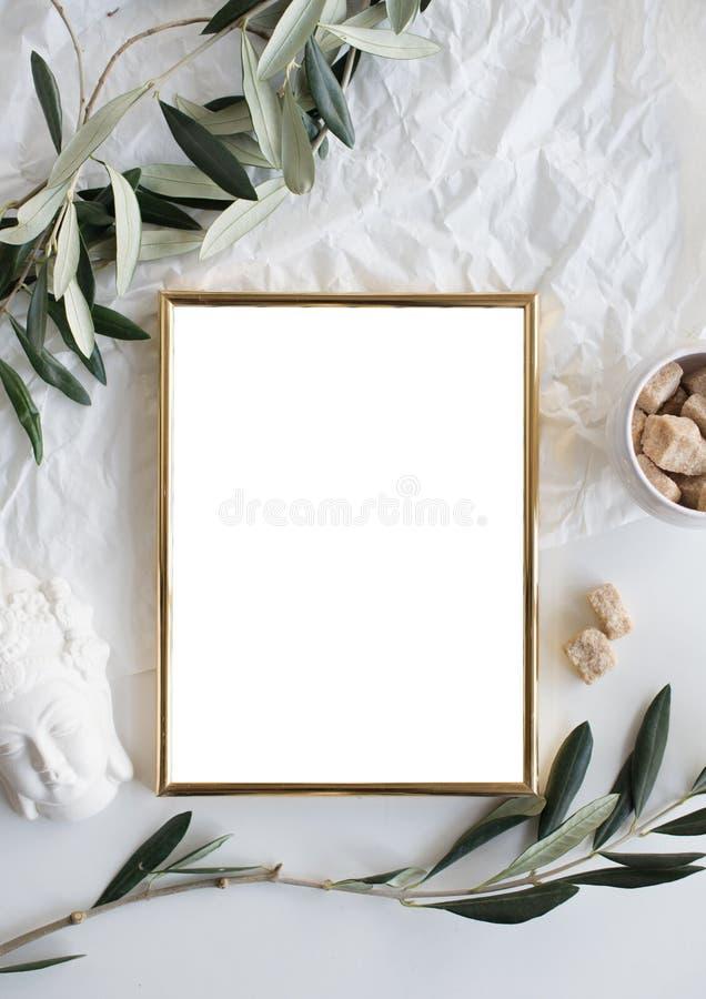 Modello dorato della struttura sul ripiano del tavolo bianco immagini stock