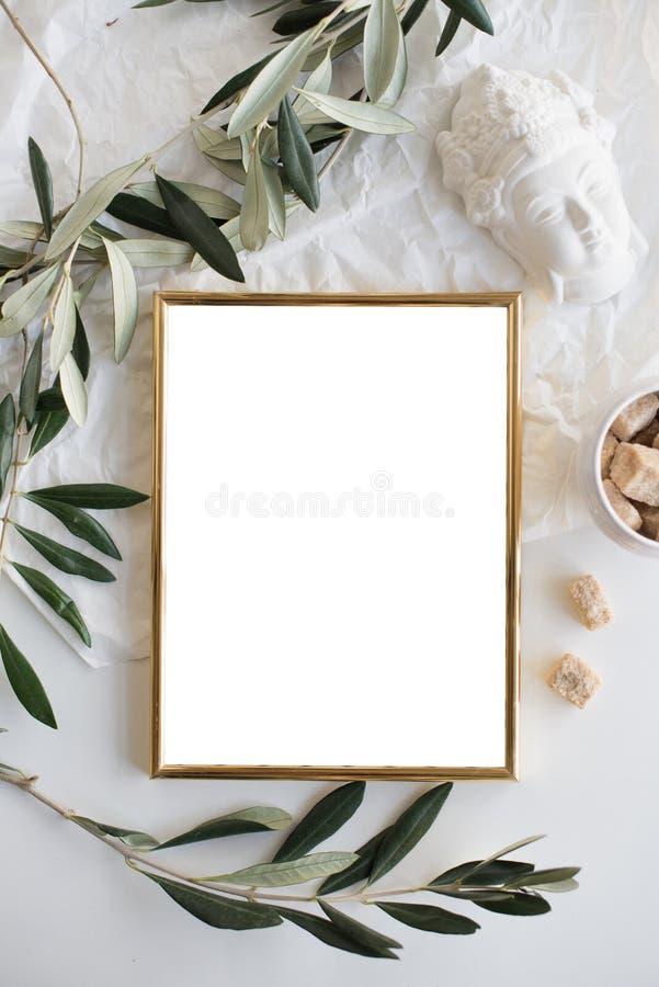 Modello dorato della struttura sul ripiano del tavolo bianco fotografie stock