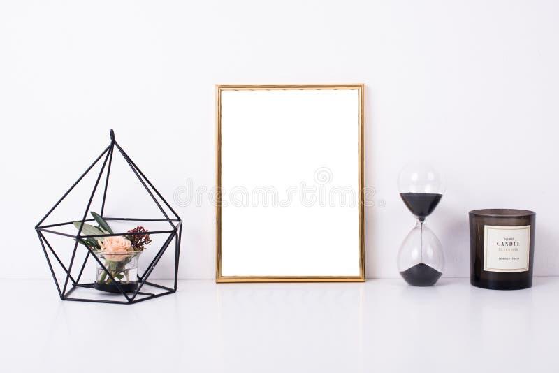 Modello dorato della struttura sulla parete bianca fotografie stock