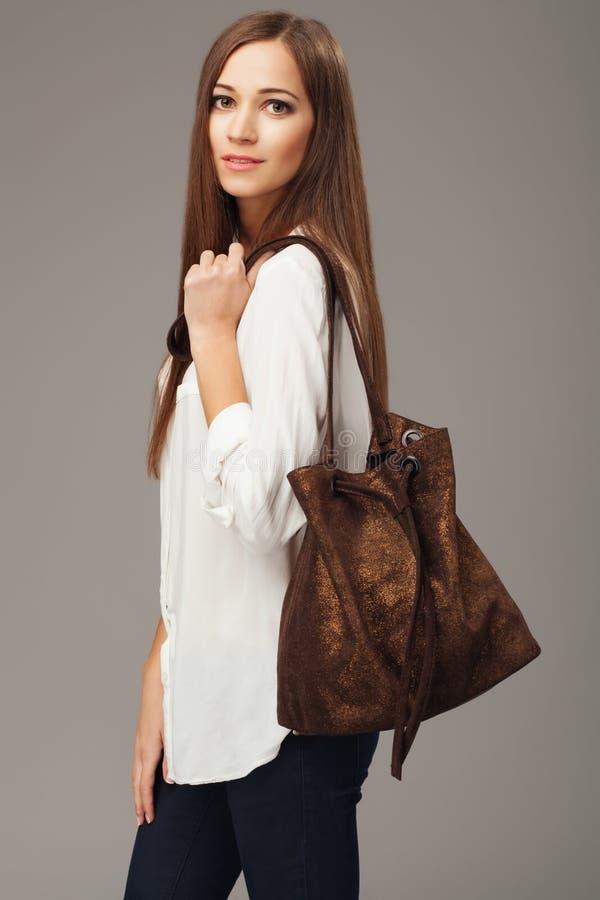 Modello elegante con una borsa di modo fotografie stock libere da diritti