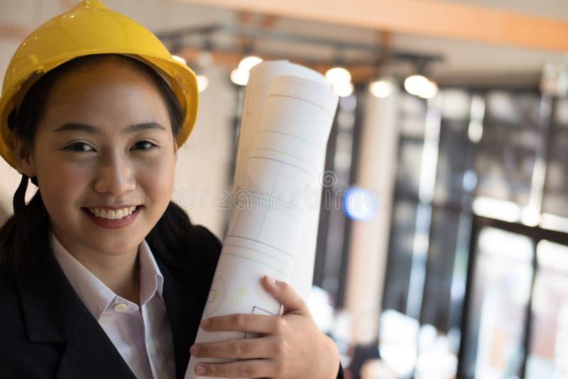 Modello femminile asiatico della costruzione della tenuta dell'ingegnere architetto fotografia stock