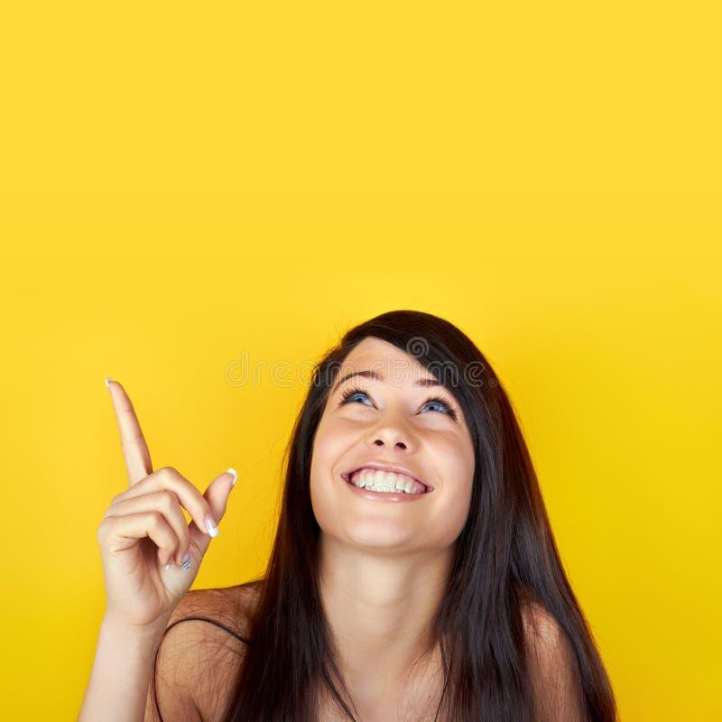 Modello femminile che osserva in su   fotografia stock libera da diritti