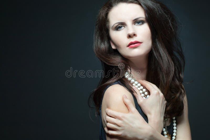 Modello femminile di modo con capelli ricci lunghi. fotografia stock