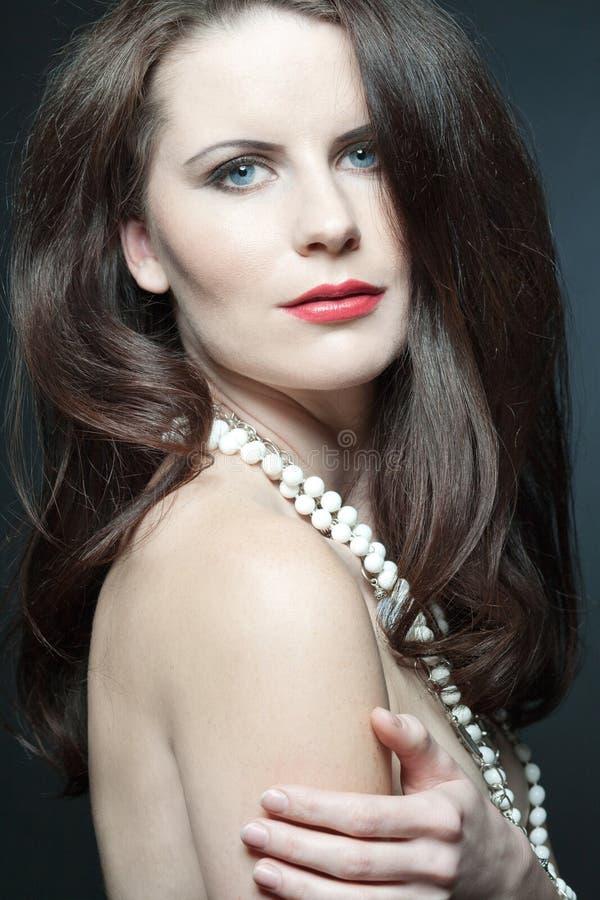 Modello femminile di modo con capelli ricci lunghi. fotografia stock libera da diritti