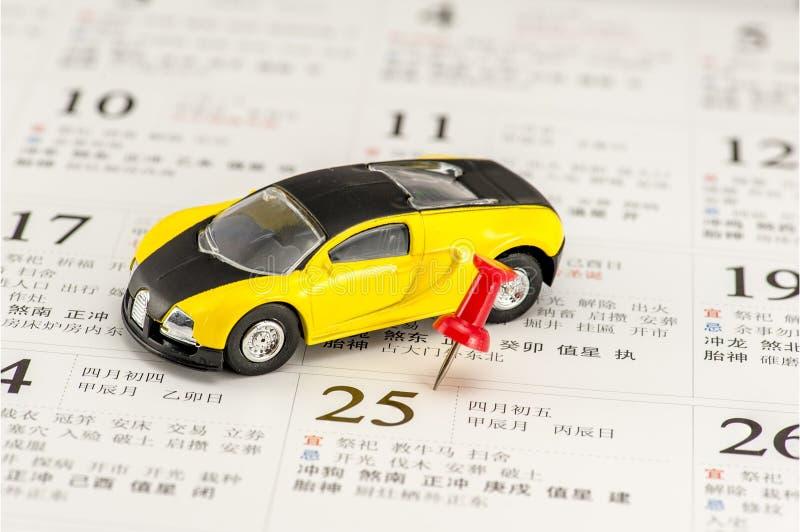 Modello giallo dell'automobile e un a pressione rosso sul calendario cinese fotografia stock libera da diritti