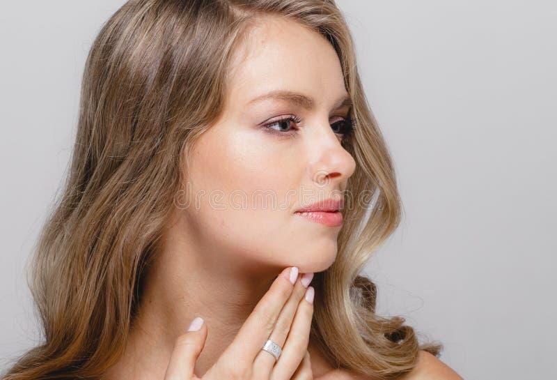 Modello Girl della stazione termale del ritratto del fronte della donna di bellezza bello con perfetto fotografia stock