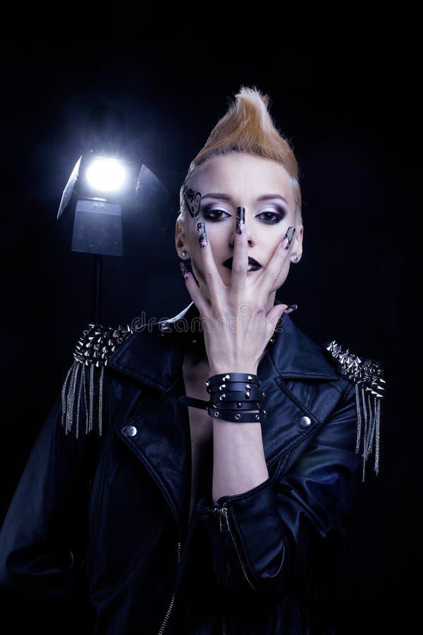 Modello Girl Portrait di stile dell'attuatore di modo hairstyle Trucco punk della donna, pettinatura e chiodi neri Acconciatura f immagine stock libera da diritti