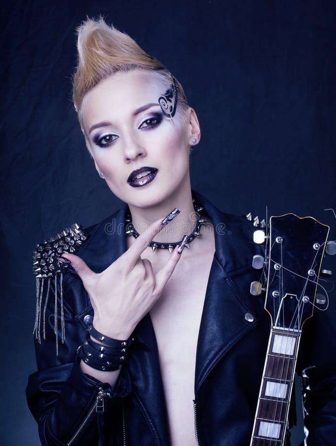 Modello Girl Portrait di stile dell'attuatore di modo hairstyle Trucco punk della donna, pettinatura e chiodi neri Occhi fumosi immagine stock