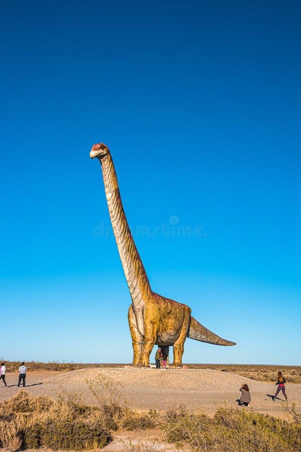 Modello a grandezza naturale enorme del dinosauro del mayorum di Patagotitan situato vicino alla penisola Valdes, Chubut, Patagon fotografia stock libera da diritti