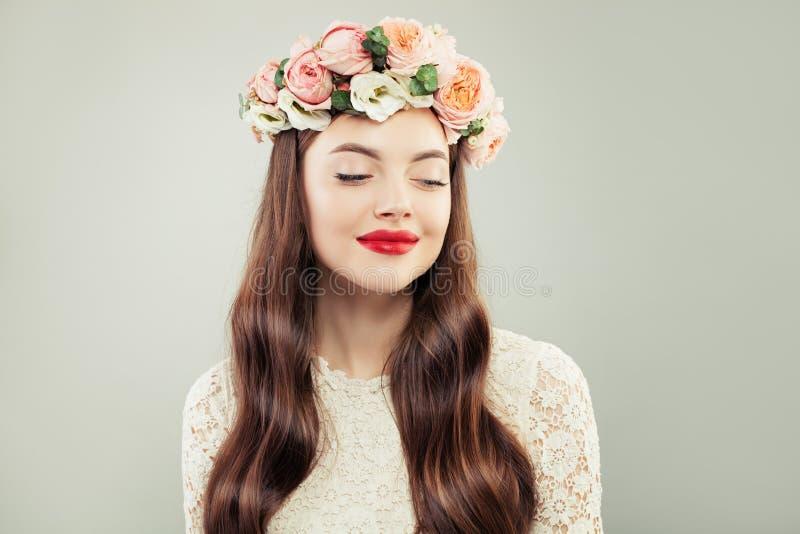 Modello grazioso che osserva da parte La bella donna con capelli lunghi, compone e fiori Ragazza di bellezza di primavera fotografia stock libera da diritti