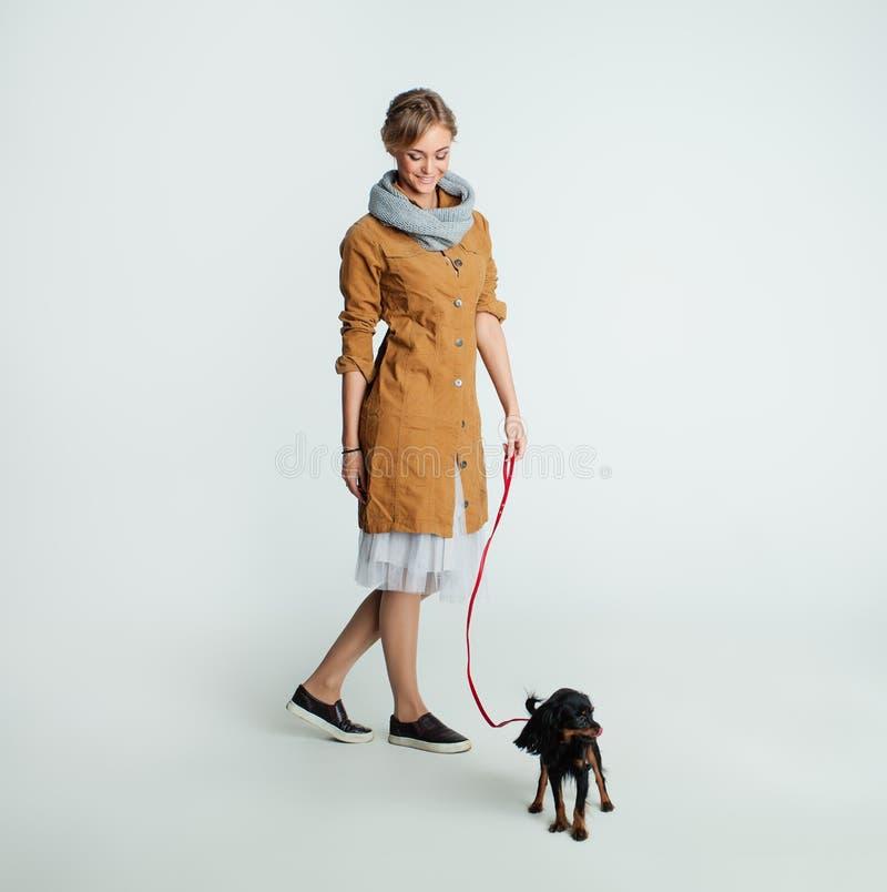Modello grazioso con il cane su fondo Pets il concetto fotografie stock libere da diritti