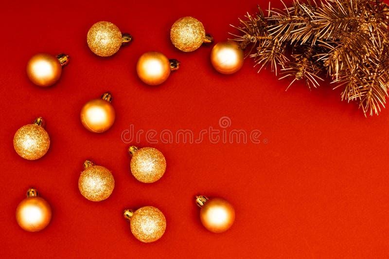 Modello horisontal creativo con i rami dorati dell'albero di Natale e le bagattelle dorate multiple Concetto immagine stock libera da diritti