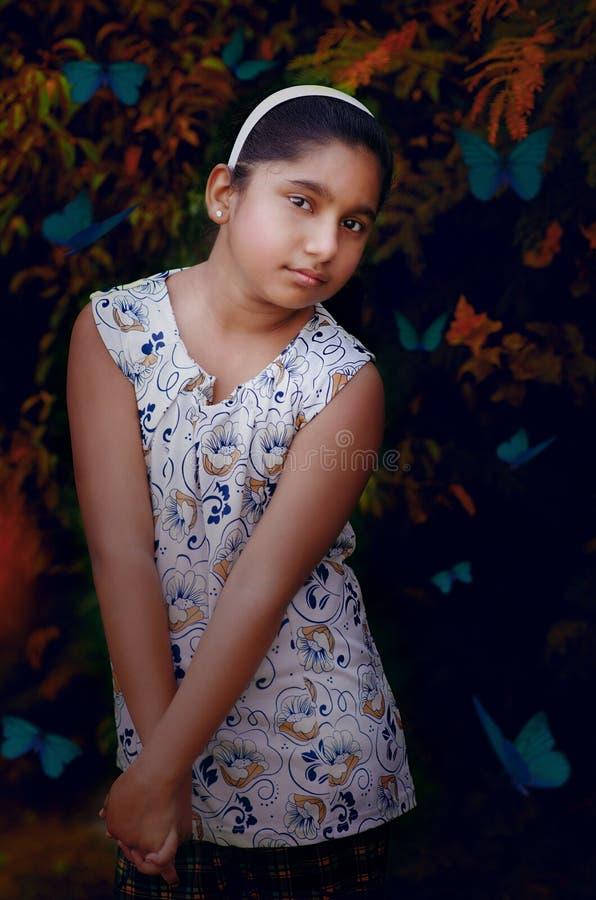 Modello indiano sveglio Fine Art Portrait della ragazza della regina della farfalla fotografia stock