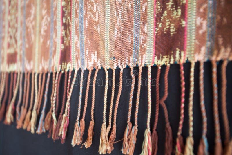 Modello indonesiano ed asiatico tradizionale su tessuto con le nappe immagine stock libera da diritti
