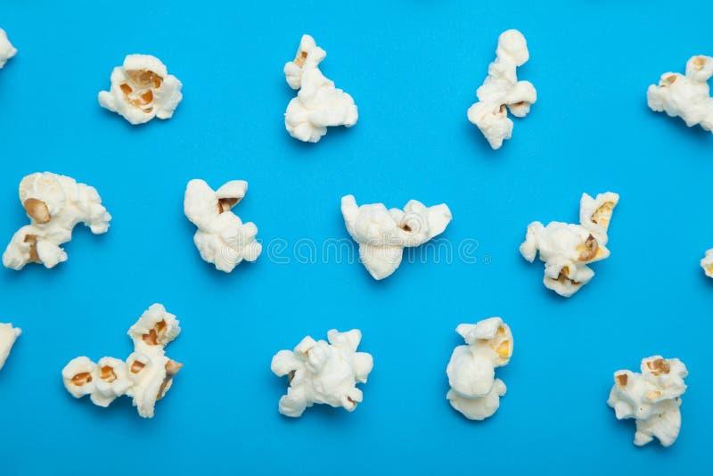 Modello lanuginoso del popcorn su fondo blu illustrazione di stock