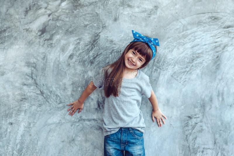 Modello in maglietta grigia sopra la parete della via fotografie stock