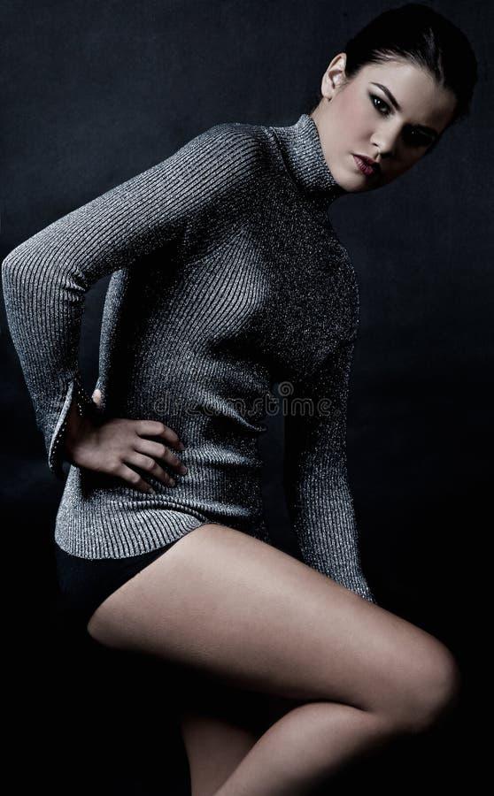 Modello in maglione fotografia stock libera da diritti