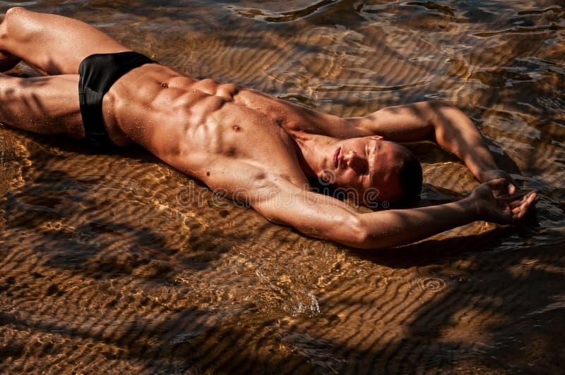 Modello maschio in acqua fotografie stock