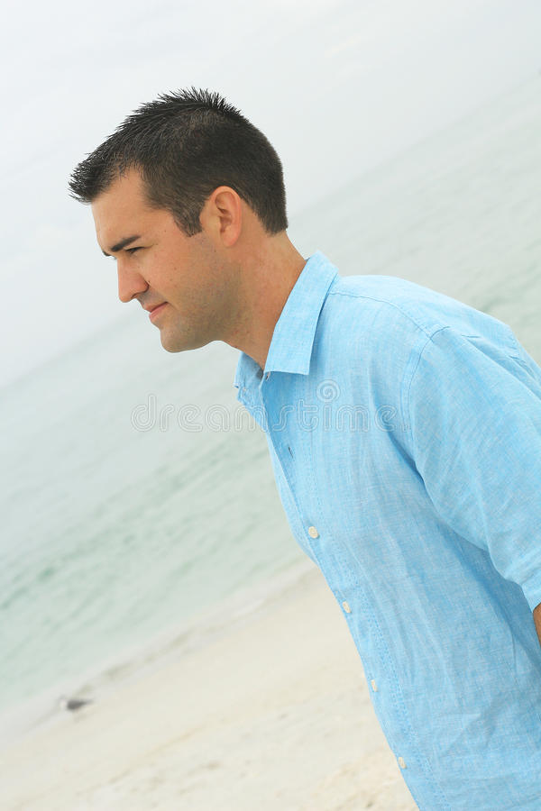 Modello maschio all'angolo laterale della spiaggia immagine stock